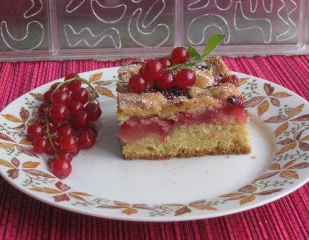 Ucierane ciasto z czerwonymi porzeczkami i kruszonką