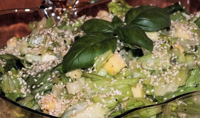 Chrupiąca sałatka z zielonej sałaty i jabłek