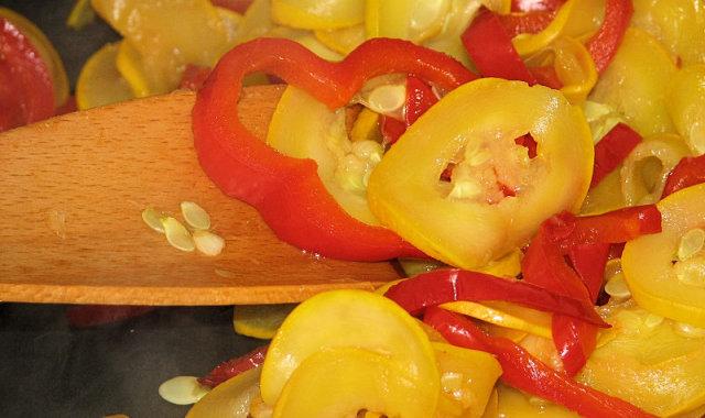 Cukinia i czerwona papryka jako dodatek obiadowy