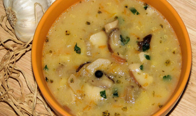 Delikatna zupa ziemniaczana z grzybami
