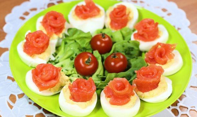 Faszerowane jajka z wędzonym łososiem