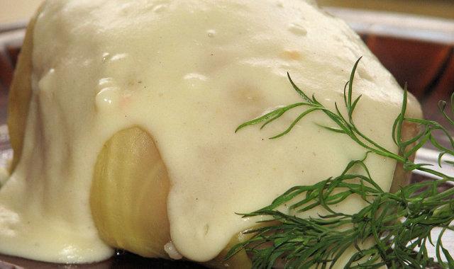 Gołąbki z pomidorem i metką łososiową w białym sosie