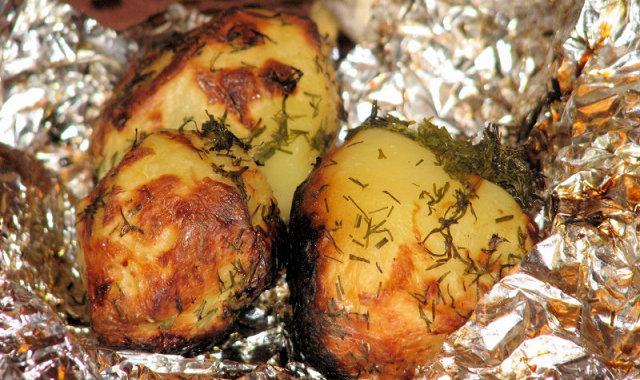 Grillowane ziemniaki z koperkiem