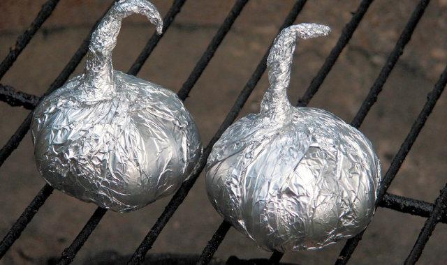 Czosnek na gorącym ruszcie grilla