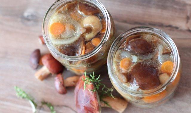 Grzyby z marchewką w oleju