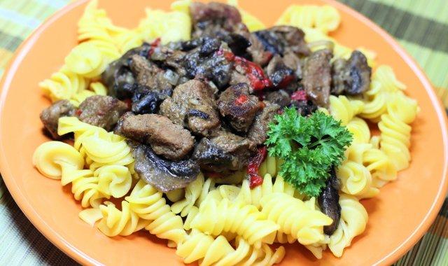 Gulasz wołowy z pieczarkami i papryką