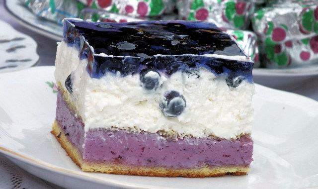 Jagodowe ciasto z masą śmietankową i galaretką