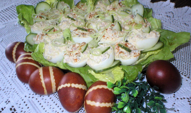 Talerz pełen faszerowanych jaj