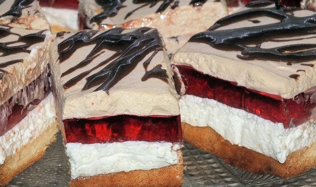 Kawałki słodkiego i aromatycznego ciasta