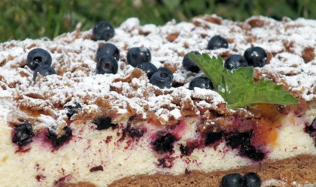 Kakaowe ciasto z jagodami i brzoskwiniami