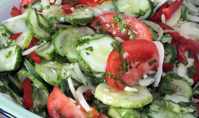 Kolorowa sałatka z pomidorem