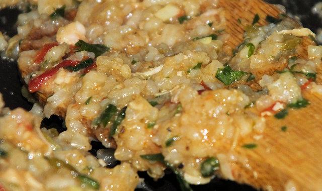 Kolorowe danie ryżowe z kurczakiem