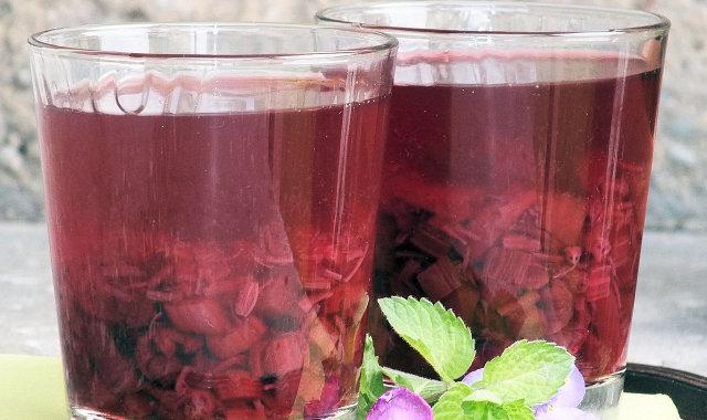 Kompot rabarbarowy z dodatkiem jagód