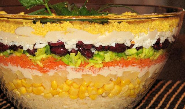 Królewska sałatka - warstwowa z ananasem