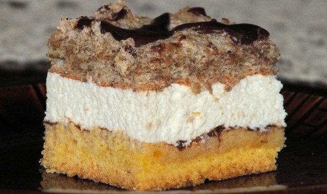 Kruche ciasto z pyszną śmietankową masą i orzechową bezą