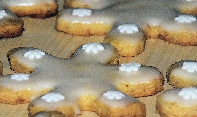 Kruche migdałowe ciasteczka - śnieżynki