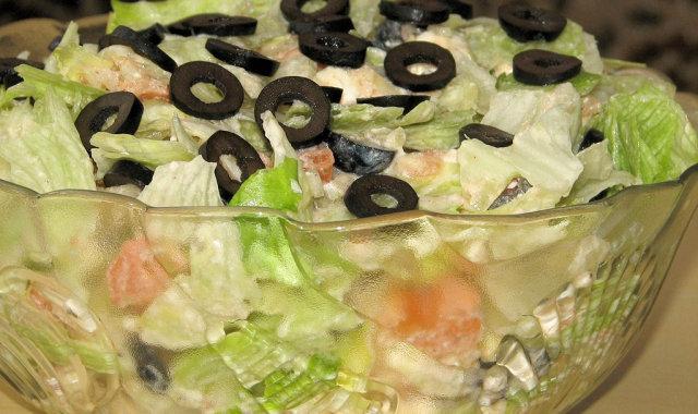 Lekka sałatka z zieloną sałatą i czarnymi oliwkami