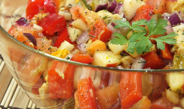 Lekka warzywno-owocowa sałatka z kurczakiem