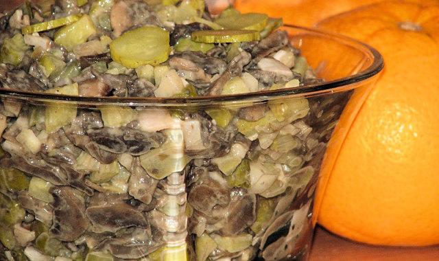 Pieczarkowa sałatka z konserwowymi ogórkami