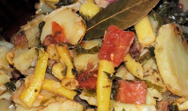 Potrawka ziemniaczana z fasolką szparagową i jarmużem