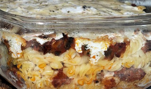 Zapiekanka makaronowa pod śmietankowo-serową pierzynką