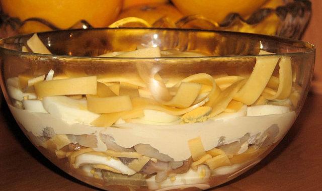 Sałatka warstwowa ze śledziem i serem