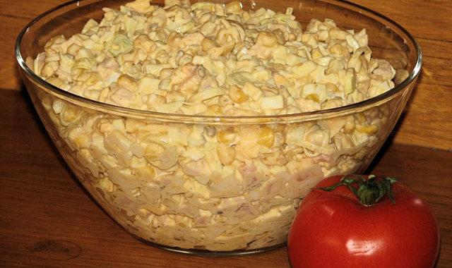 Sałatka z wędzonym kurczakiem i żółtym serem