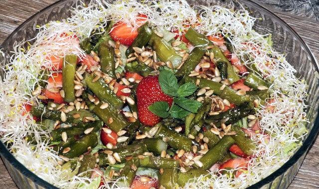 Sałatka z zielonymi szparagami i truskawkami