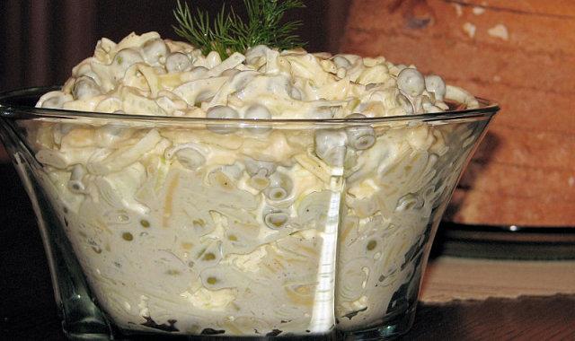 Szybka serowa sałatka z porem i zielonym groszkiem