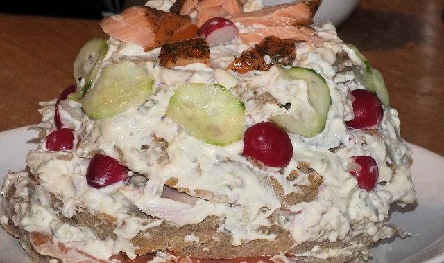 Tort chlebowy z rybą i pysznym majonezowym sosem