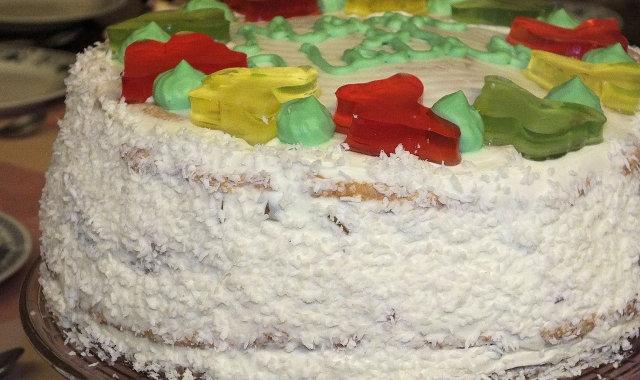 Przepyszny śmietankowy tort z cudną galaretkową dekoracją