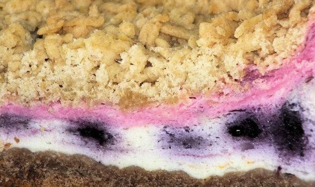 Warstwowe i kolorowe ciasto z jagodami