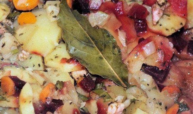 Zapiekanka ziemniaczana z cukinią, marchewką i buraczkami