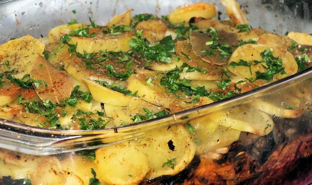 Zapiekanka ziemniaczana z marchewką i pieczarkami