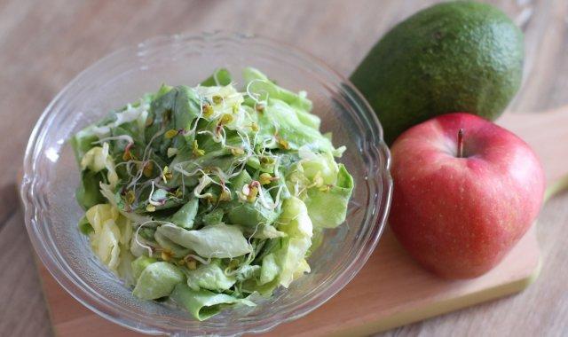 Zielona sałata w jogurtowym sosie