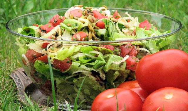 Zielona sałatka z pestkami dyni i słonecznikiem