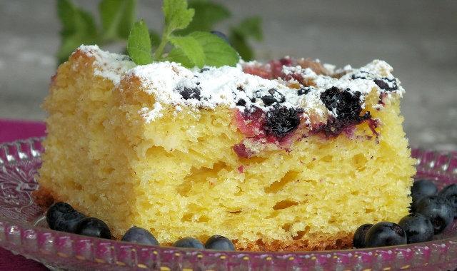 Żółte drożdżowe ciasto z jagodami i rabarbarem