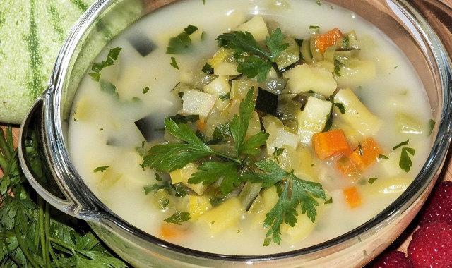 Zupa z cukinią i fasolką szparagową