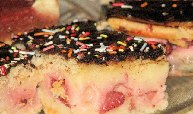 Ciasto krakersowe z masą budyniową i truskawkami