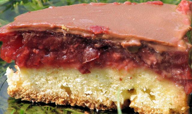 Ciasto z masą truskawkową i suszonymi żurawinami