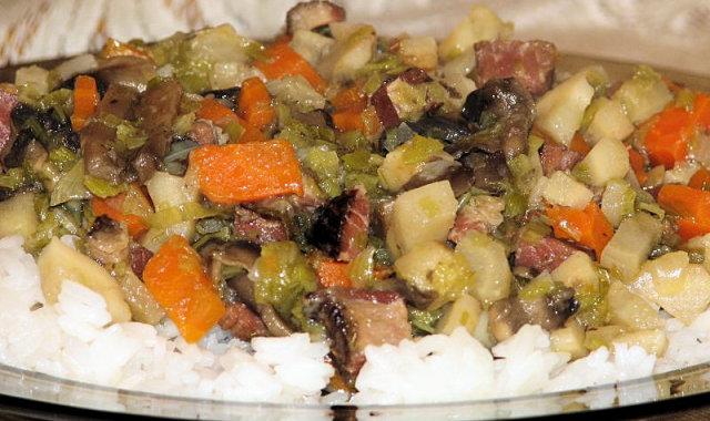 Danie ryżowe z boczkiem, pieczarkami i warzywami