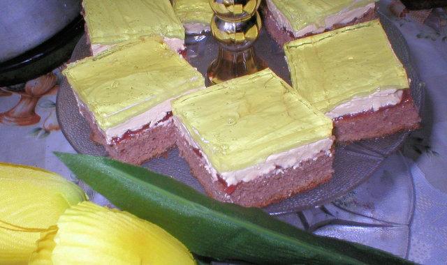 Kakaowy biszkopt z masą budyniową i galaretką