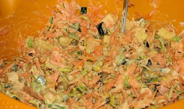 Kolorowa surówka z dodatkiem kiszonej kapusty