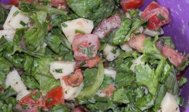 Sałata obiadowa z pomidorem i jabłkiem
