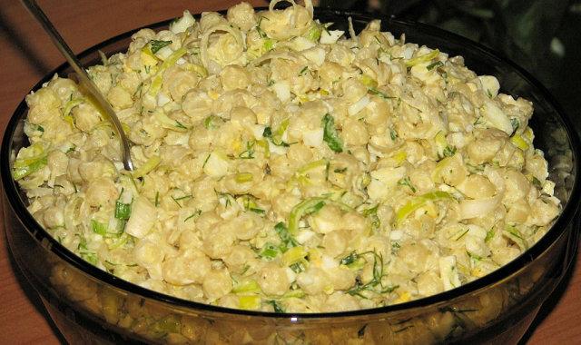 Sałatka makaronowa z zielonymi dodatkami