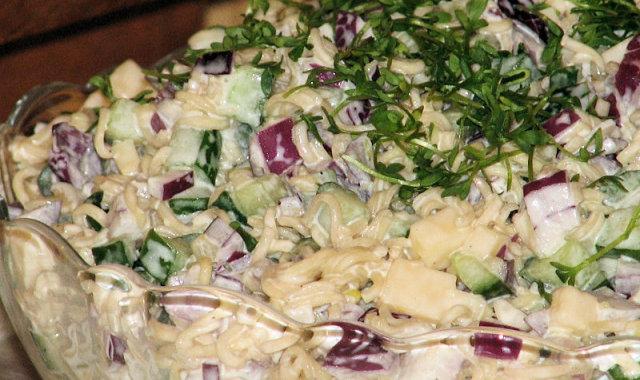Sałatka makaronowo-cebulowa z zielonym ogórkiem