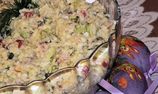Sałatka ryżowa z jajkami i kolorowymi dodatkami