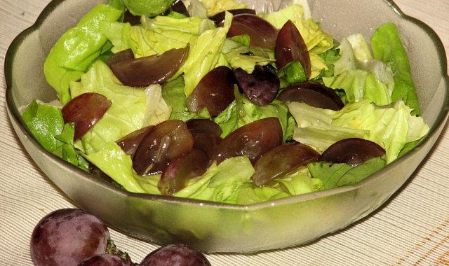Surówka z zielonej sałaty i winogron