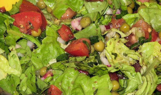 Wakacyjna sałatka z zielonym groszkiem