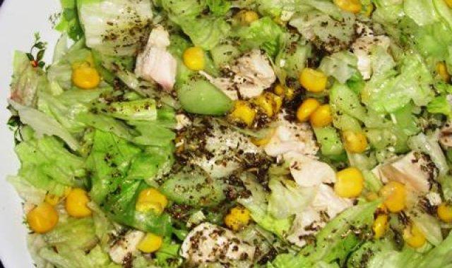 Sałatka z gotowanym kurczakiem i sosem z bazylii